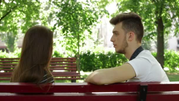 Случайный контакт на скамейке