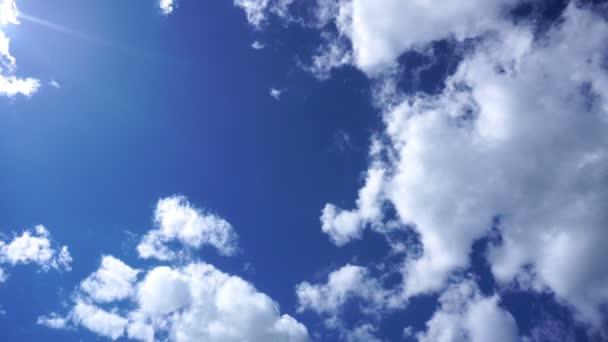 modrá obloha s světlé mraky