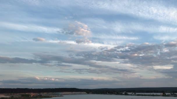tiché jezero a teplé letní západ slunce