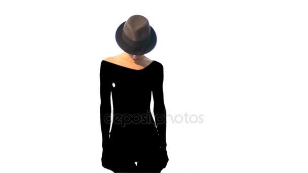 Signora di fascino in cappello con il nero profondo ombra sul suo corpo