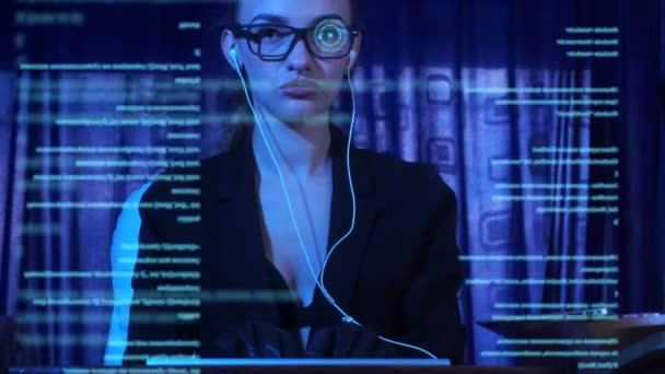 Gyönyörű nő csapkod egy számítógép