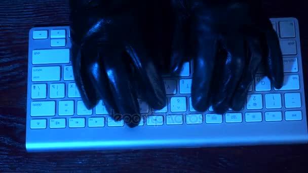 holka v kožených rukavicích odbočky na klávesnici