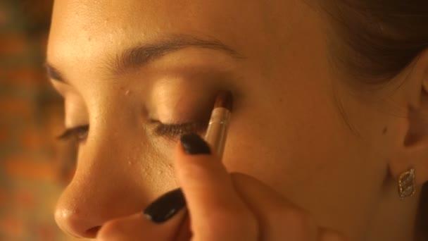 dívka barvy očních stínů a štětec