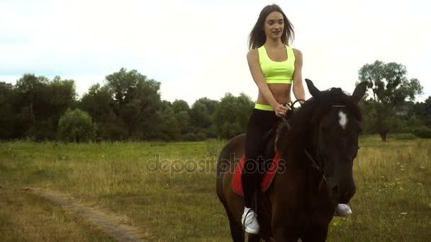 szép lány lovaglás terpeszben gyönyörű barna ló