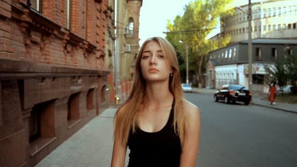 krásná mladá dáma s dlouhými vlasy vypadá do kamery