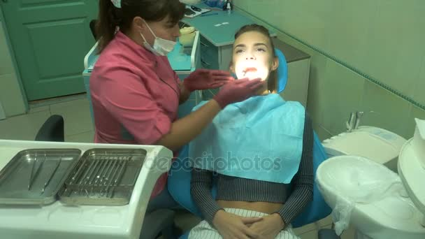 schönes junges Mädchen behandelt ihre Zähne
