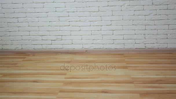 dáma v černém boty podpatky krok za bílé zdi