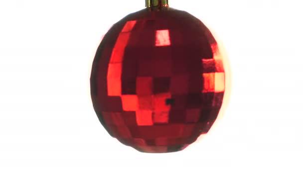 schöner roter Weihnachtskugelschmuck auf weißem Hintergrund