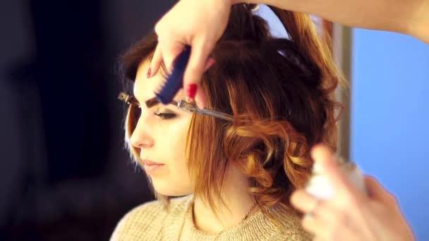 Holka mladá kadeřnice dělá účes s dámou
