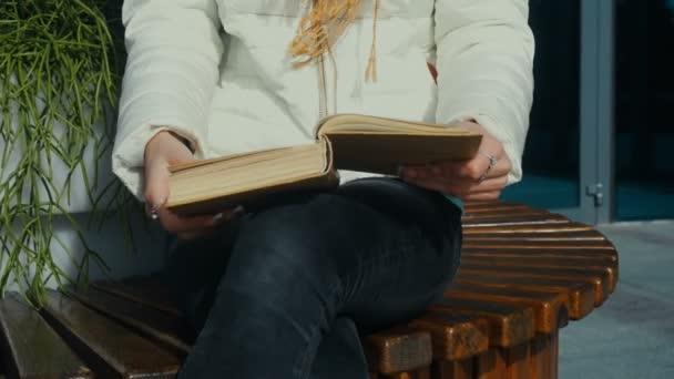 mladá žena otočí stránky knihy