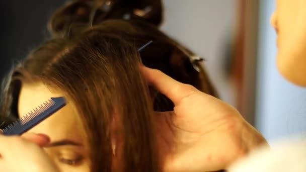 mladá kadeřnice udělat účes s krásnou ženou