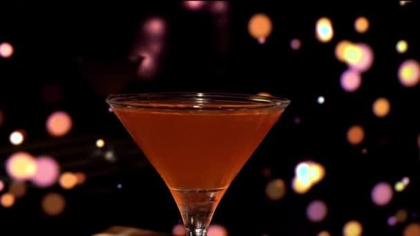 Nahaufnahme eines köstlichen alkoholischen Cocktails im Glas