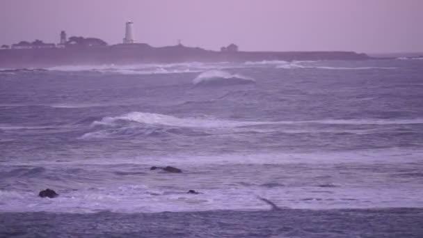 Válcování za svítání Kalifornie Pacific Ocean pobřeží maják bouři