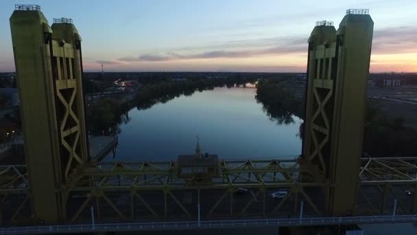 Vertikální zdvih Tower Bridge přes Sacramento řeka slunce antény