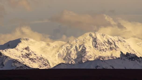 Mraky průchodu vysokého horského hřebene ledovec aljašské divočiny