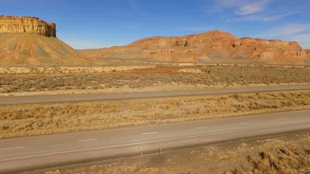 Červená Semi Truck 18 Wheeler Utah červená Rock dálničním provozu