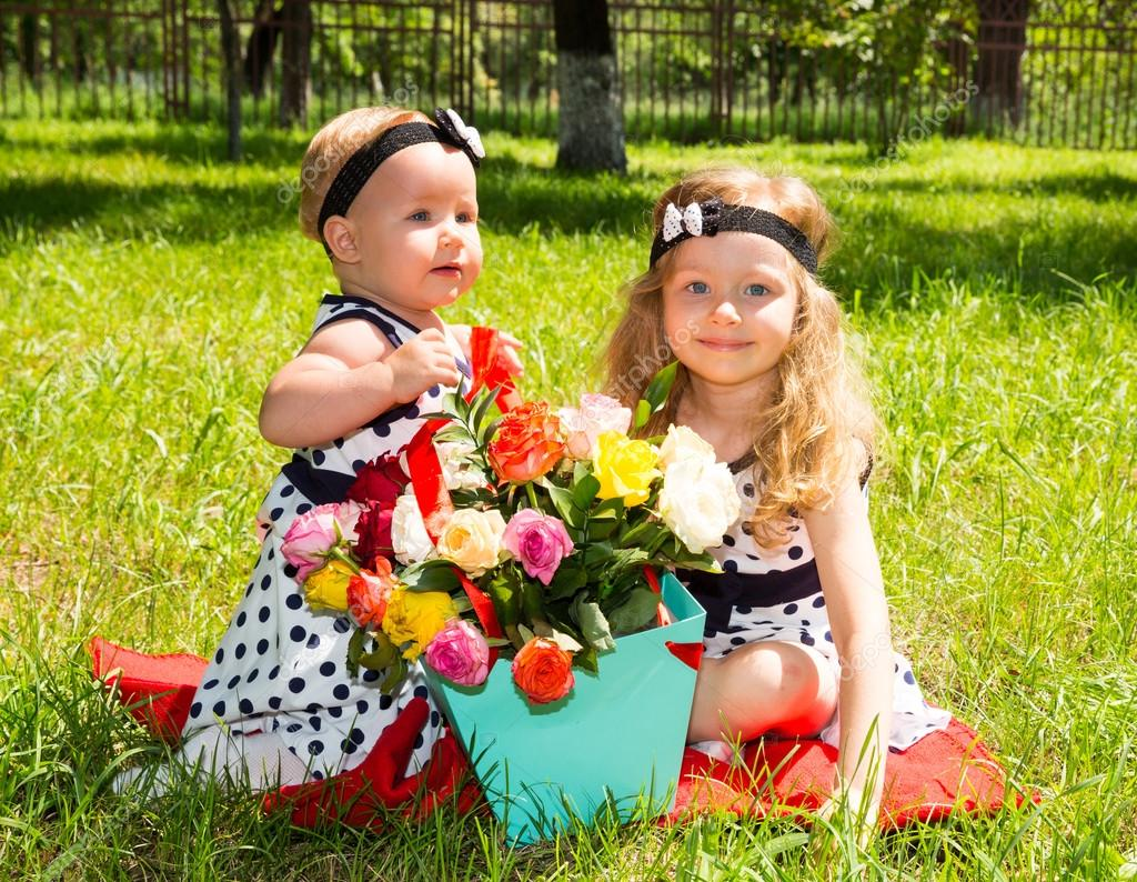 BON MARDI Depositphotos_128095006-stock-photo-two-sisters-adorable-little-child