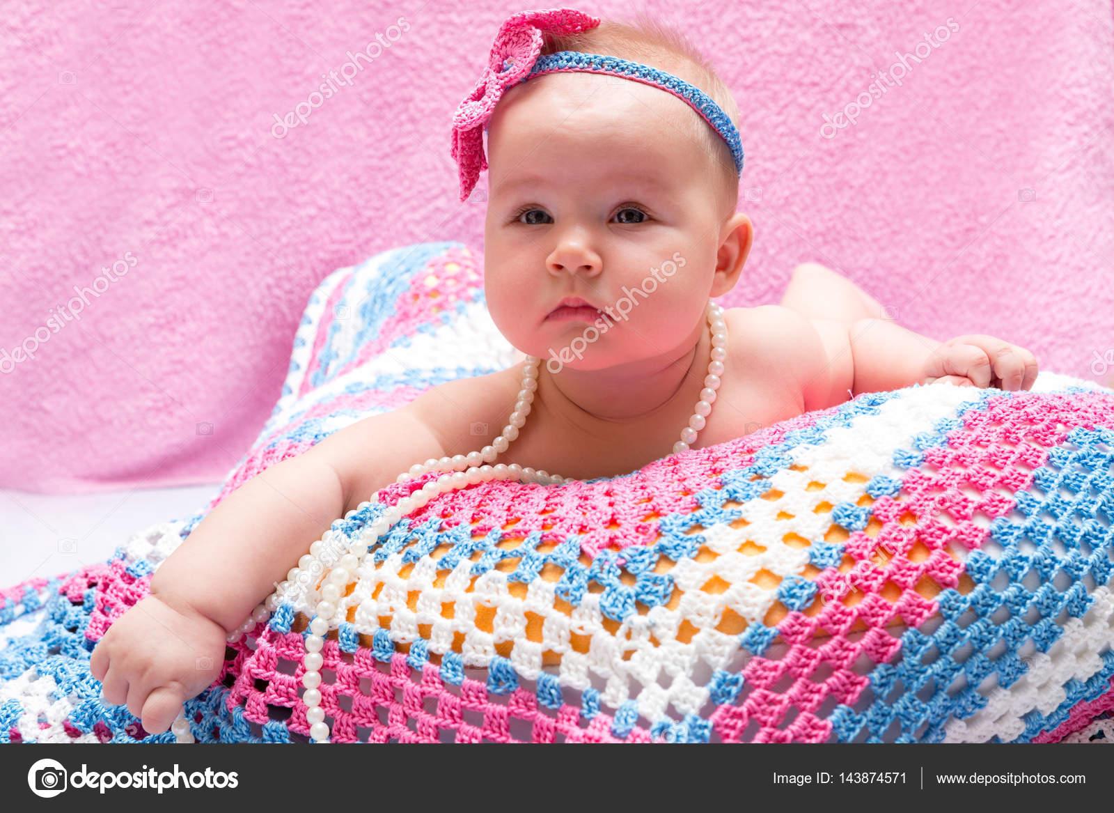 寝ているかわいい新生児の女の子。甘い小さな赤ちゃんの肖像画。人生