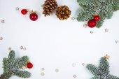 Vánoční dekorace na bílém pozadí, lze použít jako pozadí pro novoroční přání