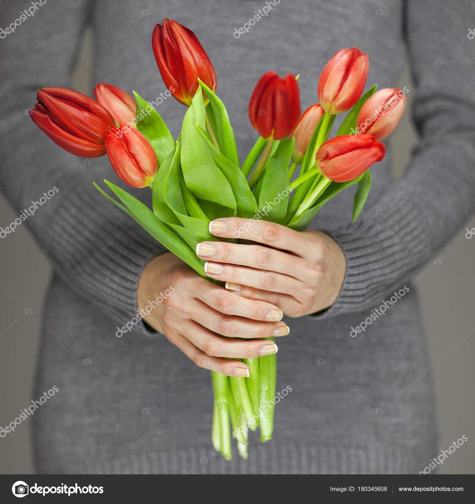 Manos Mujer Con Perfecto Uñas Arte Con Tulipanes Flores Primavera ...