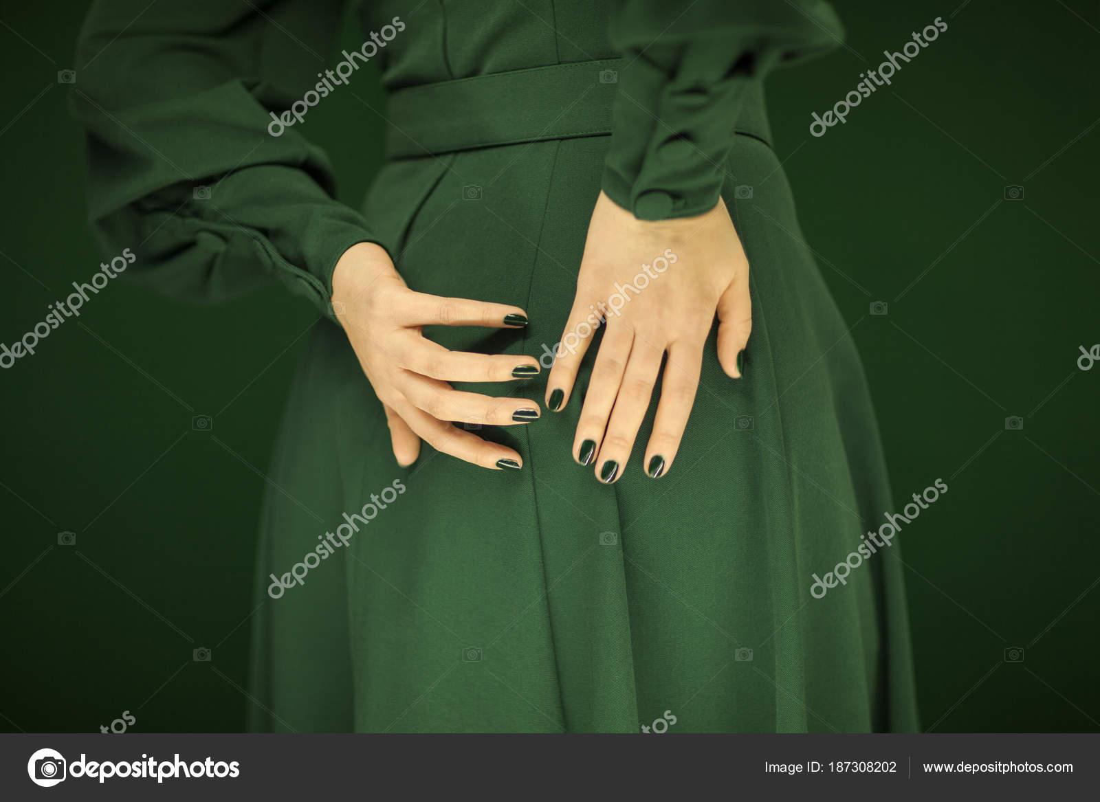 Mujer Hermosa Vestido Vintage Verde Mostrando Sus Manos Espalda Con ...