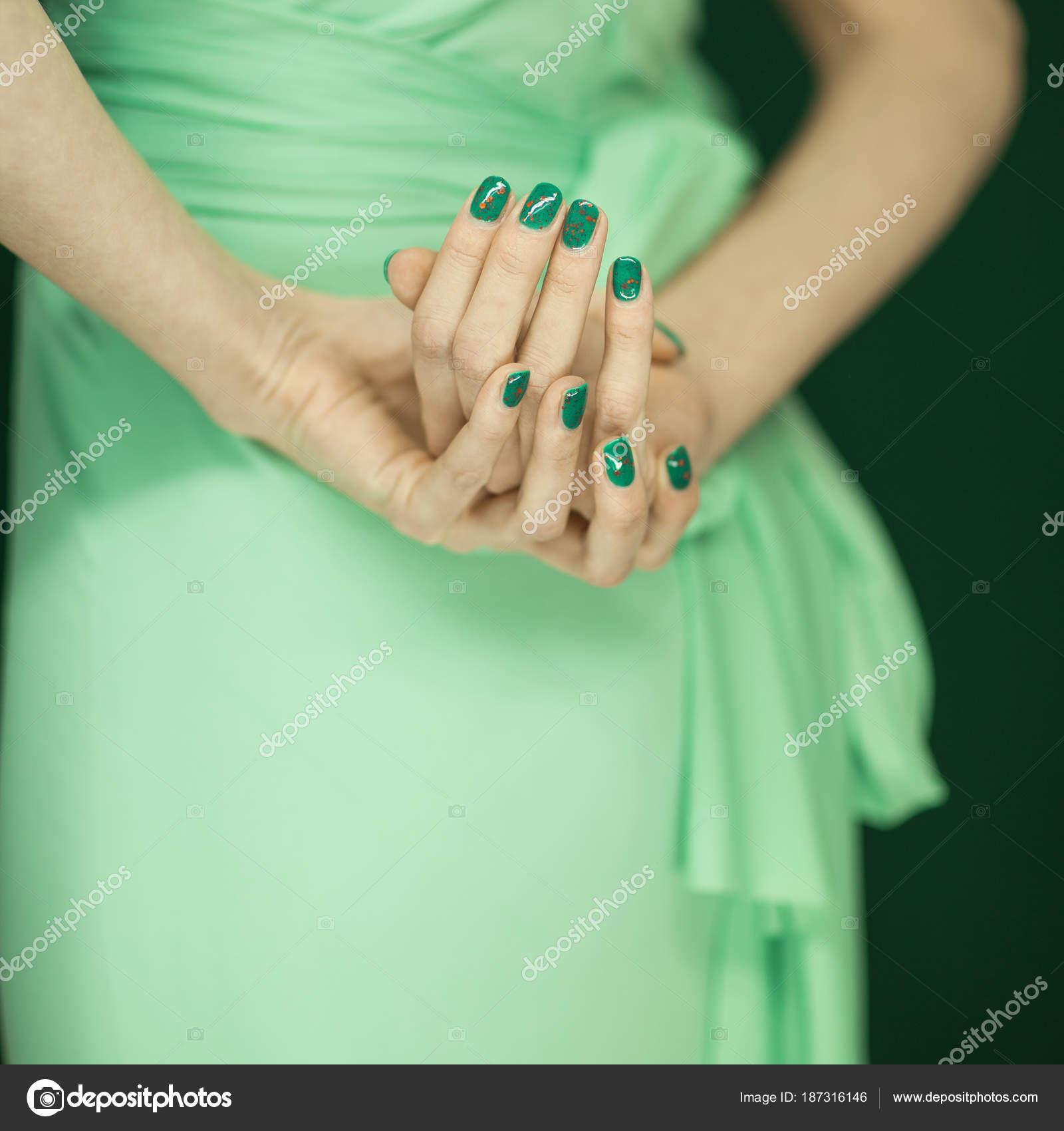 Hermosa Mujer Vestido Verde Mostrando Sus Manos Con Esmalte Uñas ...