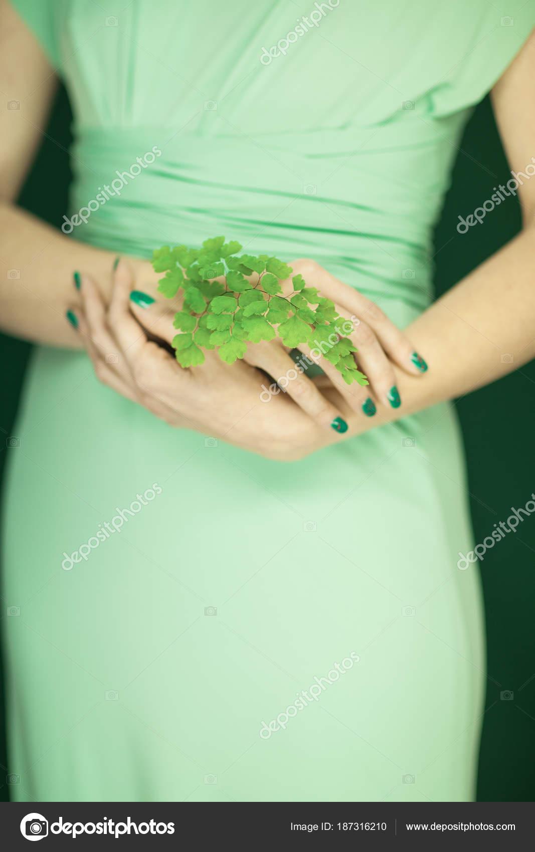 Mujer Vestido Verde Claro Con Verde Esmalte Uñas Las Manos — Foto de ...