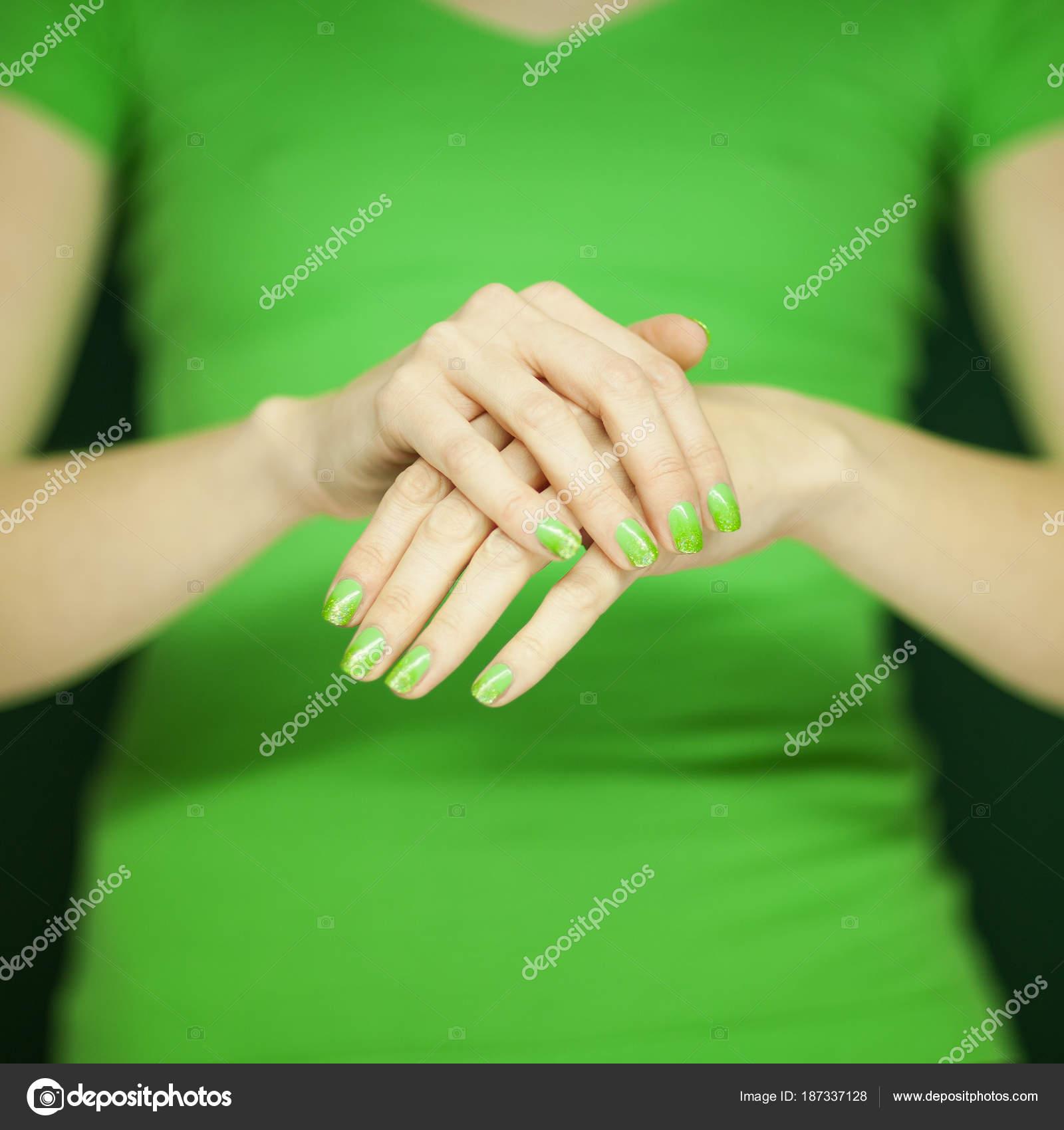 Hermosa Mujer Camisa Verde Mostrando Sus Manos Con Esmalte Uñas ...
