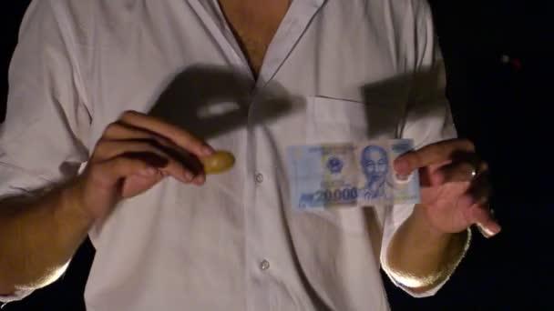 rukou srolovat bankovku za trik