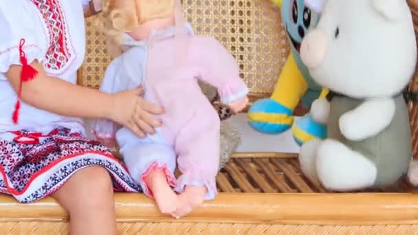 Dívka si hraje s hračkami