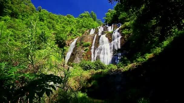 Horské řeky vodopád v tropech