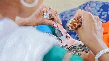 Indiai lány mester virág minták támaszkodik ujjak