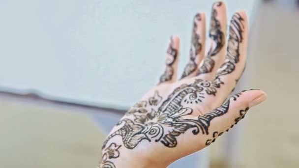 lány mutatja hihetetlen festett henna minták a palm