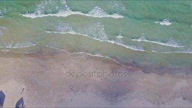 Tichý oceán a pláž se stromy a domy