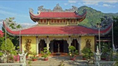 Trap versierd met bloempotten te boven boeddhistische tempel
