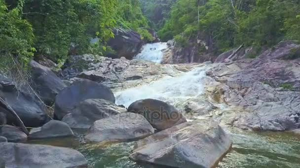 horská řeka Kaskáda s vodopádem