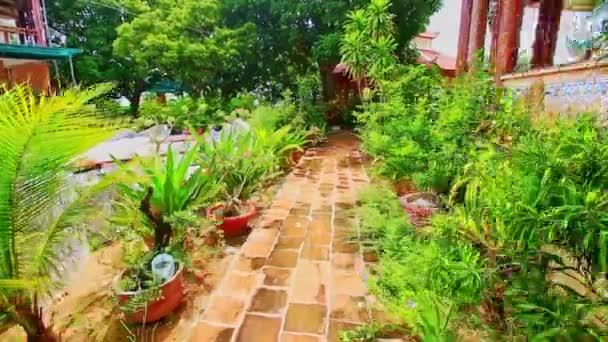 cesta mezi rostliny a květiny v zahradě villa