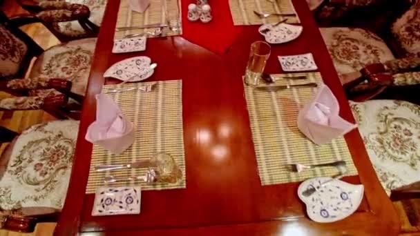 Restaurace hnědý stůl na večeři