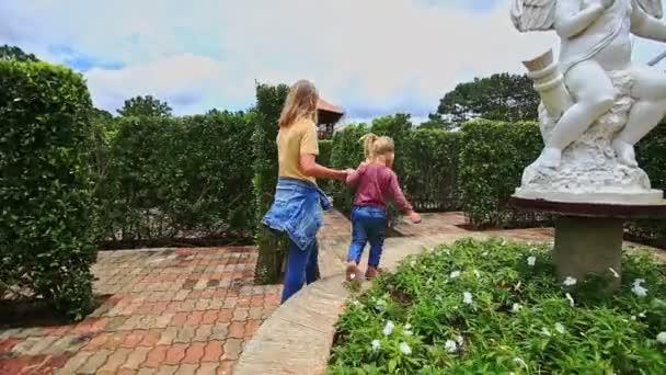matka s dcerou v botanické zahradě