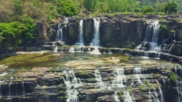 kaskády vodopádů streaming v tropických highland