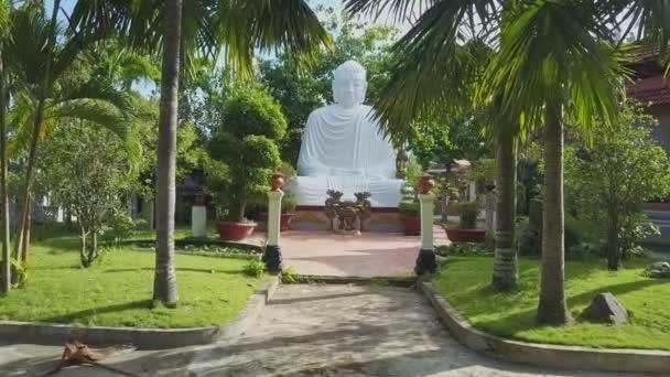 Nagy Buddha szobor, templom udvarán