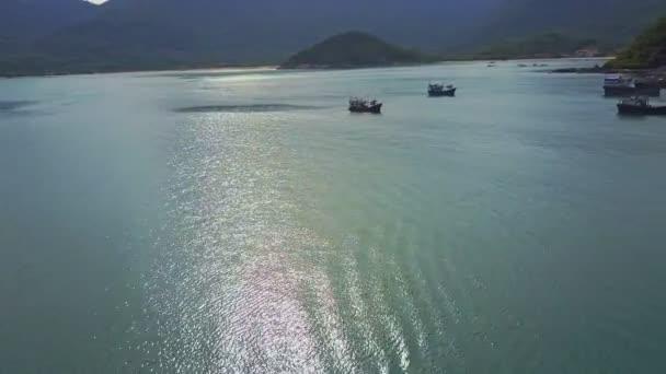rybářské lodě plující podél oceánu bay
