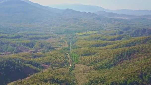 tropické džungle údolí křižuje silnici