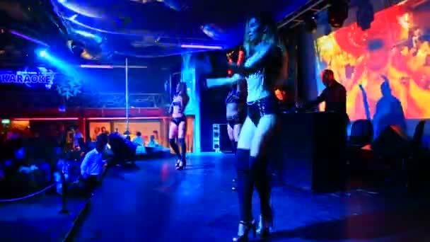 Dívky tančí poblíž Dj v nočním klubu