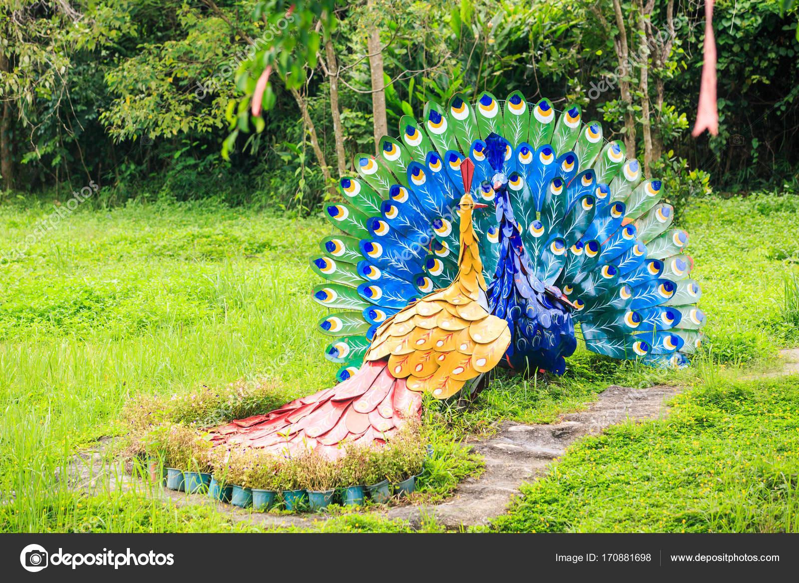 Esculturas De Pavos Reales En Hierba