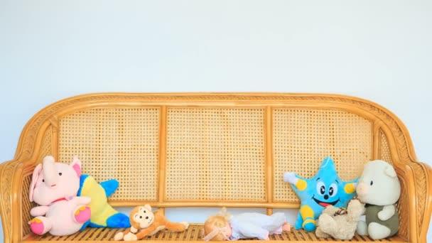 hračky na dřevěný gauč