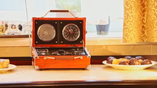 brunetka se přepne na oranžové rozhlasový přijímač, zařízené ve stylu stojí na stole u okna rarita