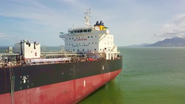 flycam odebere z obrovské nákladní lodi v klidné azurové moře poblíž pobřeží proti krásné krajině
