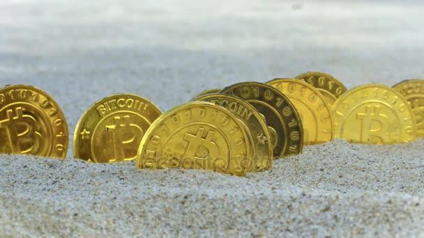 makro bitcoin reálné modely spadnout na mince stojí na žebra v tropické písek proti příboj vln oceánu
