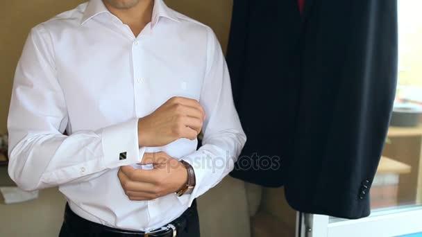 the best attitude c7b63 a781b Primo piano bello sposo mette sulla camicia gemelli nero moderno si prepara  a lasciare la casa di regolazione